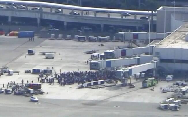 Passageiros e funcionários foram evacuados e formaram um grande grupo na pista do Terminal 2 após os tiros