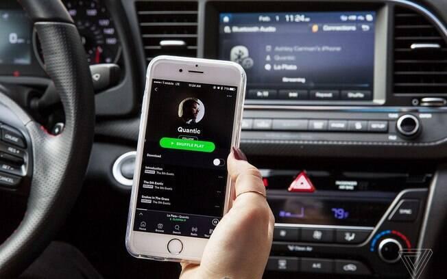 Navegue livremente pelo aplicativo de streaming sem tirar as mãos do volante com o Spotify,  com espelhamento de tela