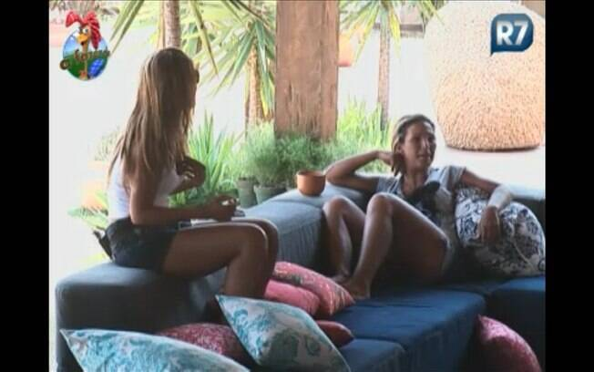 Valesca e Raquel ouvem e comentam o que o amigo diz