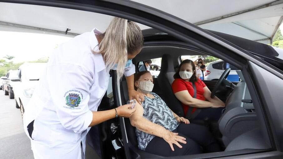 Idosos têm a opção de receber vacina dentro do carro.