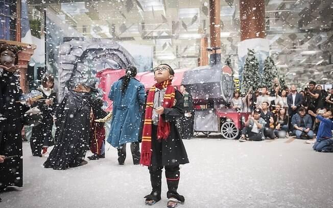 No aeroporto de Changi, menino se veste como personagens das sagas e brinca com a neve