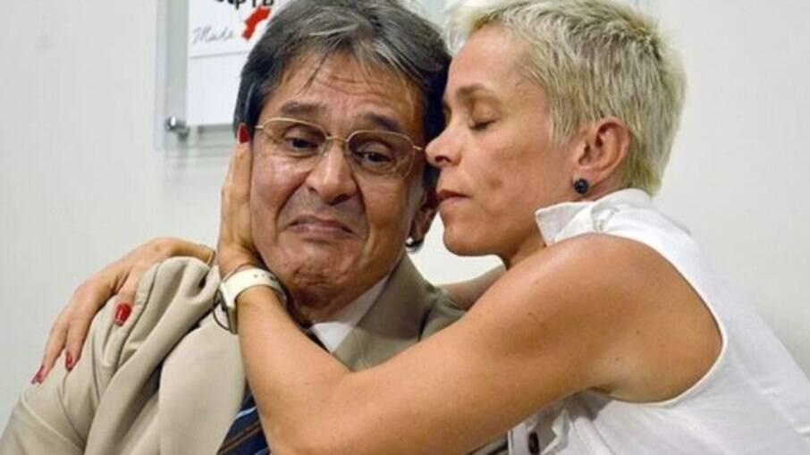 Cristiane Brasil abraçada ao pai Roberto Jefferson