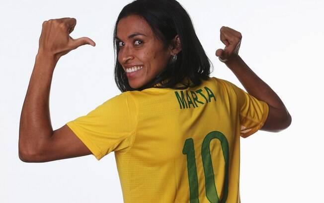 8f725e45c5271 Jogadora atacou de modelo em ensaio com a camisa que a seleção usaria nas  Olimpíadas de