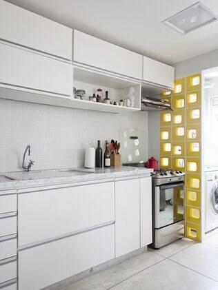 Detalhe do cobogó em cerâmica amarela que separa a cozinha da lavanderia