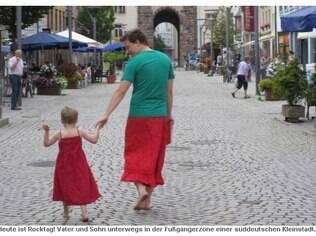 Nils e o filho na cidade onde moram: pai decidiu usar saias para apoiar o menino