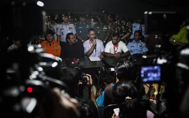Autoridades responsáveis pelas buscas da aeronave do voo 8501 da AirAsia suspenderam as atividades em razão do mau tempo e do começo da noite na Indonésia. Foto: Oscar Siagian/Getty Images
