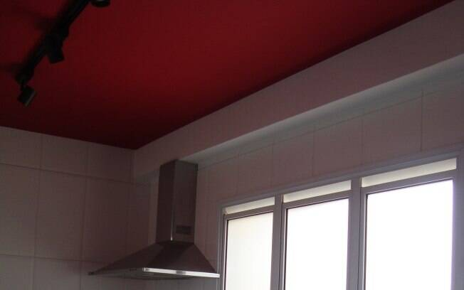 A arquiteta Gabriela Marques usou vermelho no teto dessa cozinha. A cor ajuda a estimular o apetite
