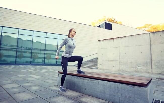 No exercícios com o banco, é importante controlar subida e descida e escolhar um banco com mais de 30 cm de altura