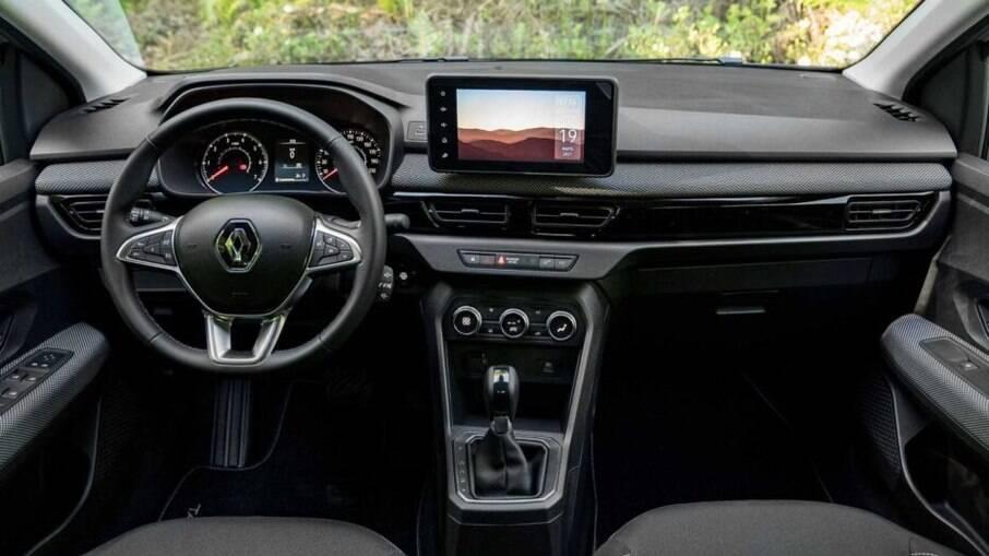 Interior vem com ar-condicionado digital, freio de estacionamento eletrônico, tela