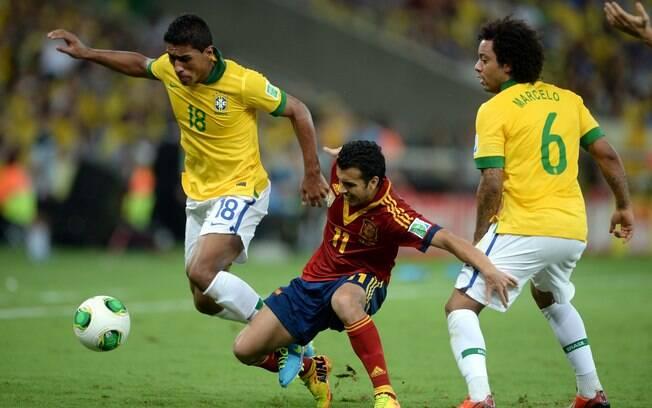Paulinho aparece para desarmar Pedro em  ataque espanhol