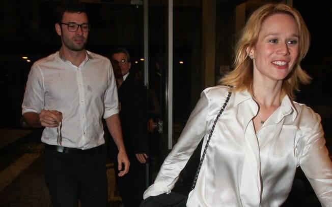 Mariana Ximenes com o namorado na estreia do espetáculo