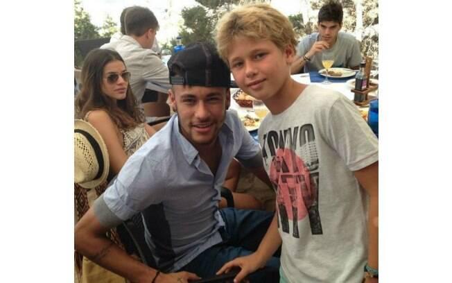 Neymar posa com fã mirim em Ibiza e Bruna Marquezine também aparece na foto