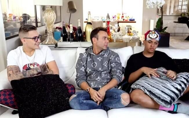 """Mc Gui e Mc Brinquedo foram os convidados de Matheus Mazzafera e para o programa do YouTube, """"Hottel Mazzafera"""", fizeram revelações íntimas sobre a primeira vez, sexo anal e oral"""