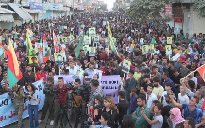 Curdos se manifestando na Síria