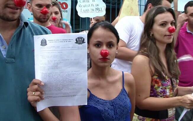 Noiva Francielle Contiero mostra boletim de ocorrência durante protesto em Americana