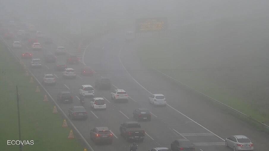 Trânsito de carros na Rodovia dos Imigrantes, sentido litoral: visibilidade baixa exige atenção do motorista