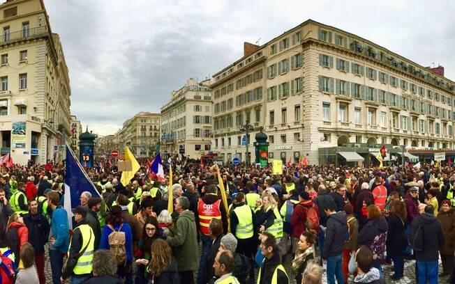 Imagens da capital francesa nesta quinta-feira se dividem entre manifestantes e ruas desertas