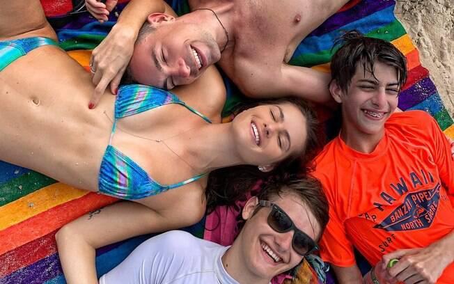 Isabeli Fontana com o marido Di Ferrero e os dois filhos, Zion e Lucas.