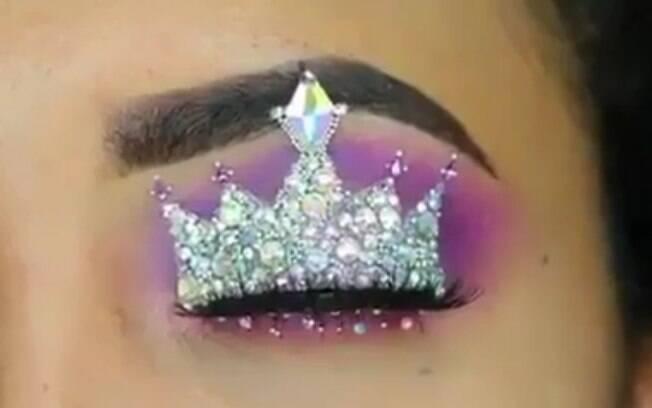 A influenciadora Huda Kattan compartilhou o tutorial de como fazer uma coroa nas pálpebras e a postagem viralizou
