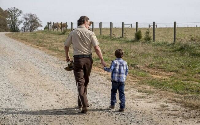 Rick e um jovem Carl em cena de flashback do 16º episódio de The Walking Dead