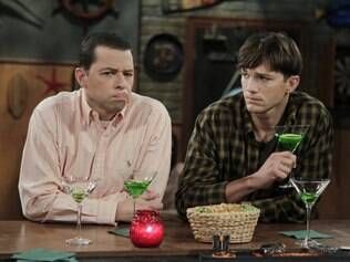 Alan (Jon Cryer) e Walden (Ashton Kutcher) devem se casar para adotar uma criança