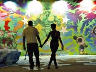 Feira. Casal visualiza um das paredes de arte que formam os corredores da Art Basel Miami Beach