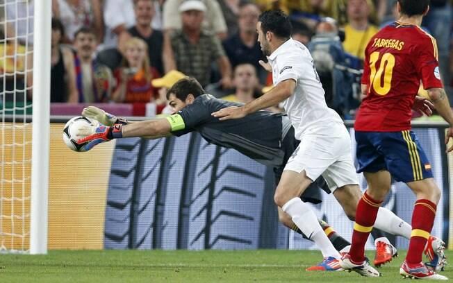 Após ter dificuldades para fazer a defesa,  Casillas fica com a bola