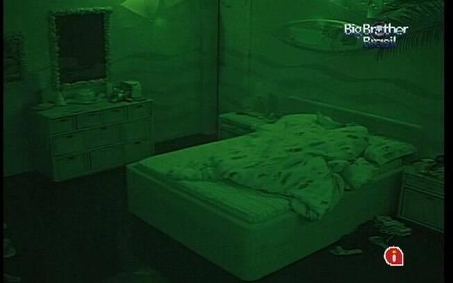 Líder adormece na cama de casal do Quarto Praia