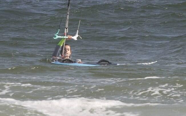 Cristiane Dias pratica kitesurfe com Roger Flores e Minotauro no Rio