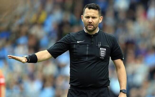O árbitro David Mcnamara foi afastado pela FA depois de promover um jokenpô entre capitãs para decidir lado do campo