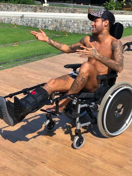Neymar na cadeira de rodas. Ele fez uma homenagem a Stephen Hawking