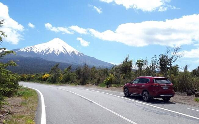 Nissan X-Trail na estrada que dá a volta no lago
