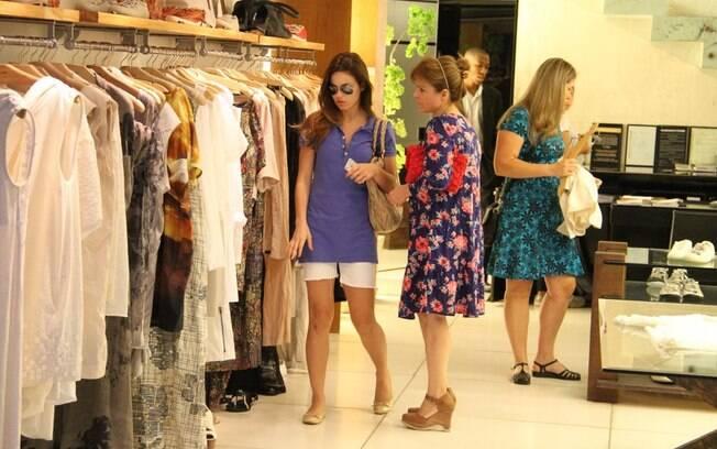 Sthefany Brito fez compras na noite dessa sexta-feira (30), no Rio de Janeiro