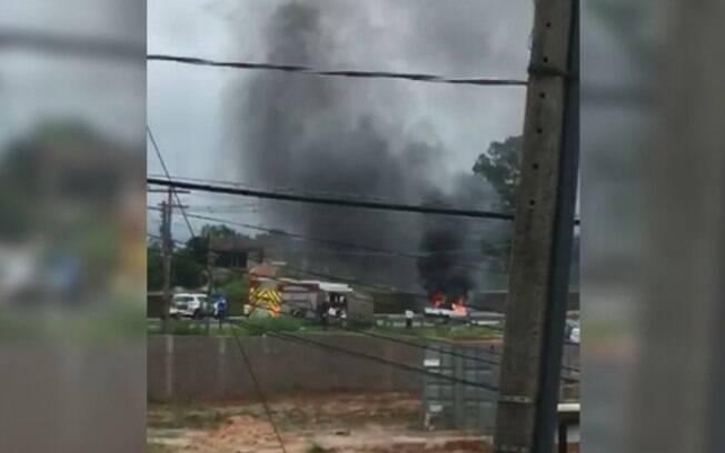 Carro pega fogo e interdita Rodovia Santos Dumont, em Campinas
