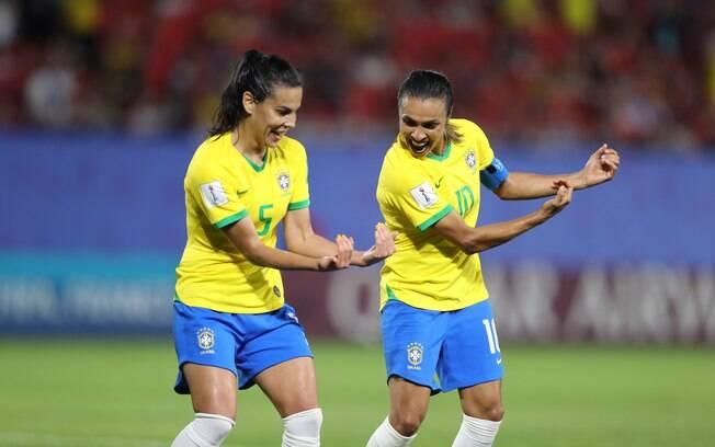 Marta comemorando gol de pênalti contra a Itália.