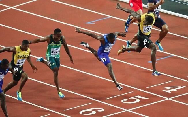 Usain Bolt e atletas na chegada dos 100m rasos no Mundial de Atletismo