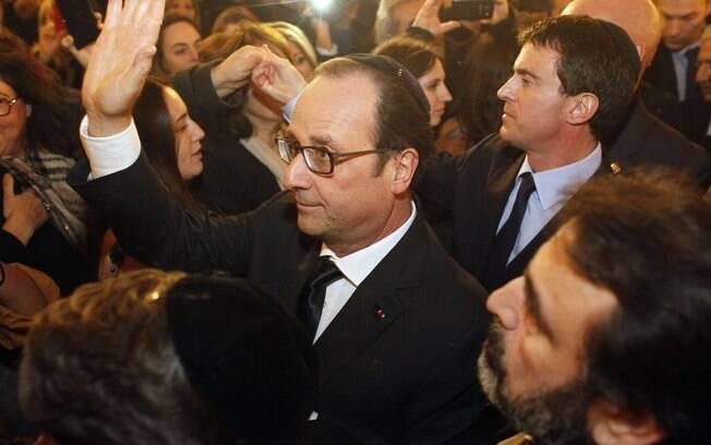 O presidente francês, François Hollande, e seu premiê Manuel Valls, à dir., deixam cerimônia na Grande Sinagoga em Paris, França (11/01)