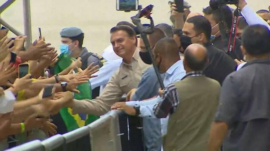 Presidente causou aglomeração na capital amazonense, onde recebeu título de cidadão do estado
