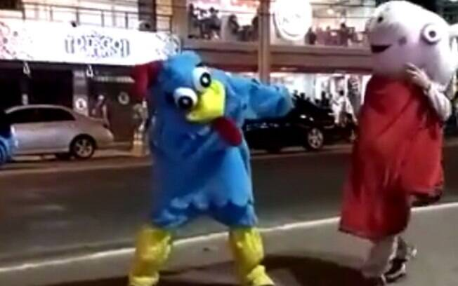 Nas imagens, 'Peppa Pig' é vista se atirando contra a 'Galinha Pintadinha', que não fica passiva