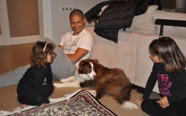 Alex se diverte com as filhas e com o bicho  de estimação da família