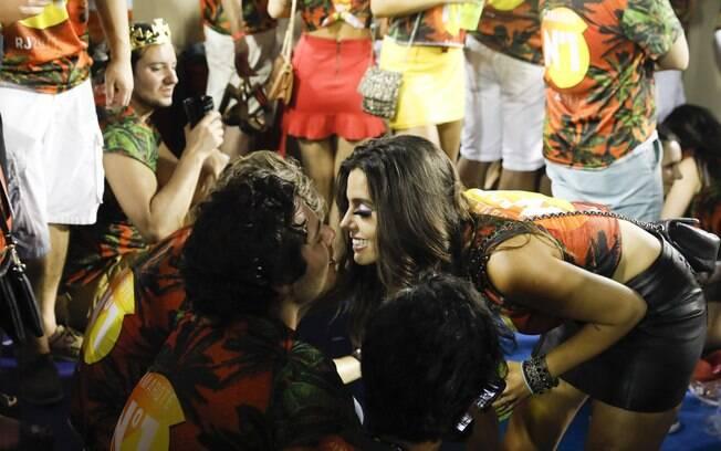 Giovanna Lancellotti beija o namorado, Luca Ewbank, em camarote