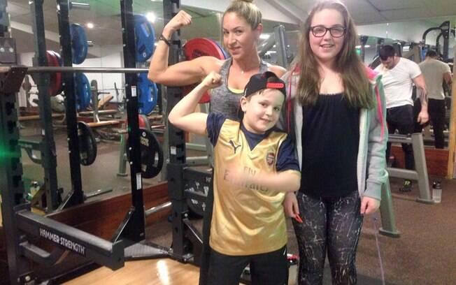 Personal trainer Hayley Sinclair e os filhos, Maisie, de 15 anos, e Leo, de 10, após praticar musculação juntos, em família