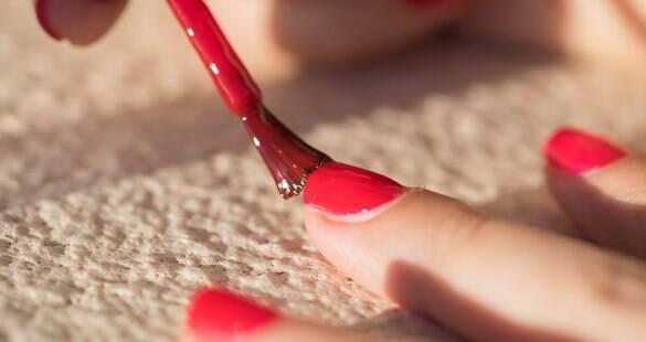 Como passar o esmalte perfeito e mais 12 dicas para ter unhas saudáveis
