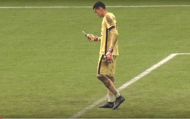 Santos, goleiro do Athletico-PR, é flagrado usando o celular antes da partida na Arena da Baixada