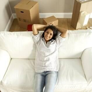 Morar sozinha exige um certo planejamento, imaginação e um guia de bolsa para resolver aquelas saias justas da vida solo