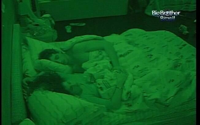Casal dorme depois de namorar sob o edredom
