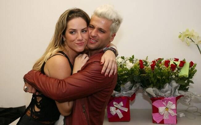 Giovanna Ewbank recebe o carinho do marido, Bruno Gagliasso, no camarim da peça