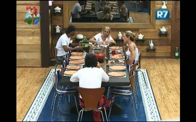 Mesmo com a mesa vazia, os peões aproveitam e desfrutam de um bom almoço