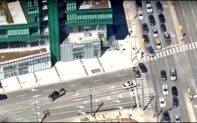 Veículo da cor branca teria subido a calçada na região da rua Yonge com a avenida Finch, no Canadá, por volta da 13h30
