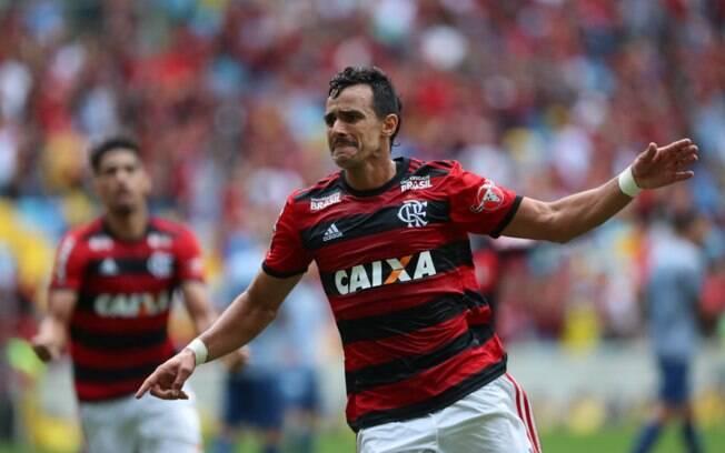 Henrique Dourado fez o gol da vitória do Flamengo sobre o Cruzeiro, que mantém o time carioca na cola do São Paulo
